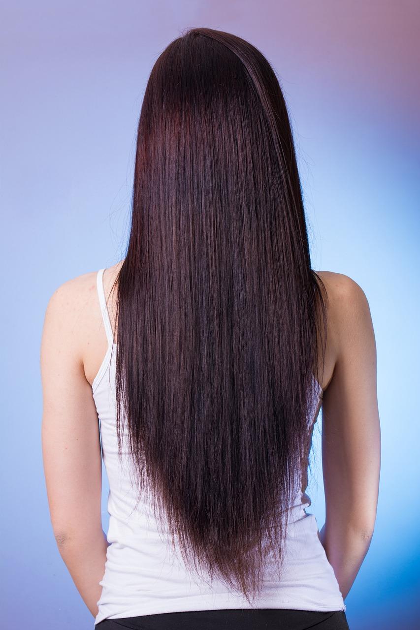 Sekret prostych włosów – keratynowe prostowanie włosów w Warszawie – opinie