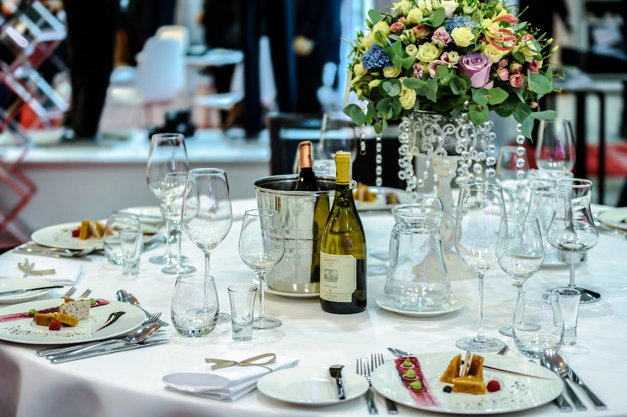 Okrągłe stoły na weselu. Jaki stół na wesele?